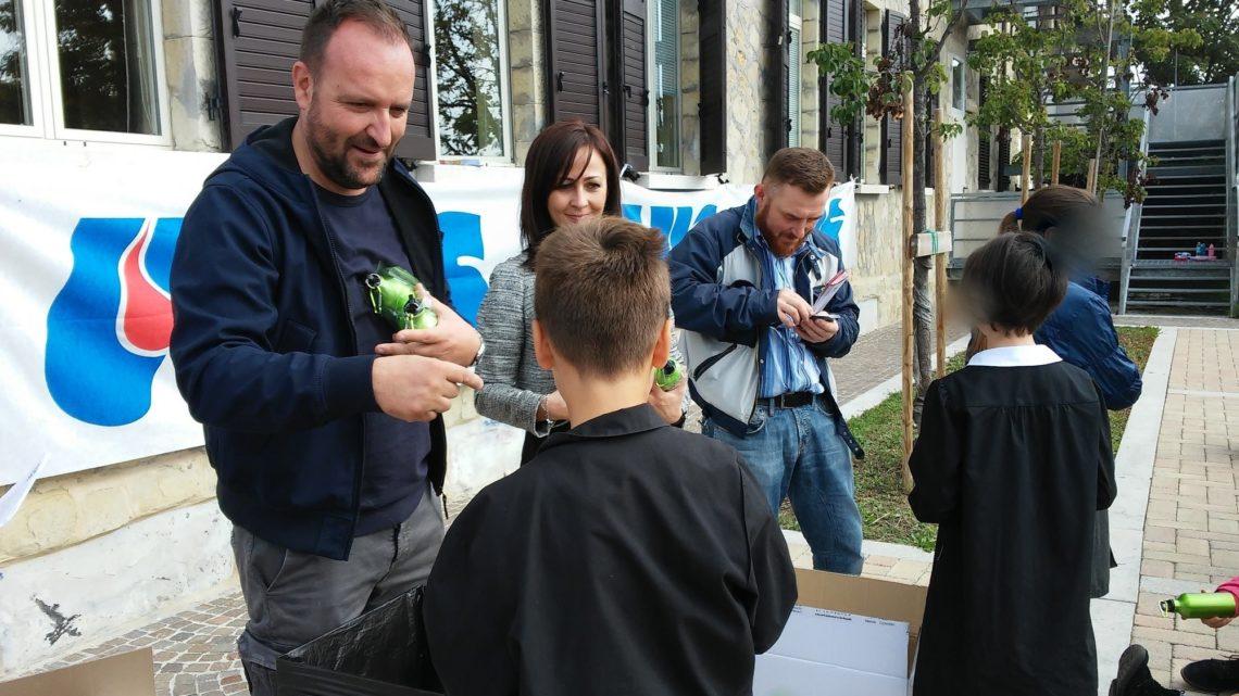 AVIS e Comune di Baiso consegnano le borracce ai propri studenti